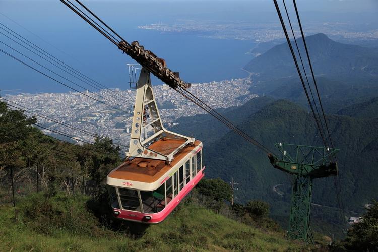 標高1,375mの鶴見岳の山上各所からは、別府市街の町並みや別府湾などが一望できます。